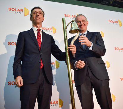 El presidente de Solarpack, José Galíndez (derecha) y el consejero delegado, Pablo Burgos durante el toque de campana de salida a Bolsa de la compañía.