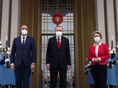 De izquierda a derecha, el presidente del Consejo Europeo, Charles Michel; el presidente turco, Recep Tayyip Erdogan, y la presidenta de la Comisión Europea, Ursula von der Leyen, posan a las puertas del palacio presidencial en Ankara, este martes.