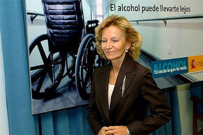 La ministra de Sanidad, Elena Salgado, posa delante del cartel de la campaña para prevenir el consumo de alcohol.