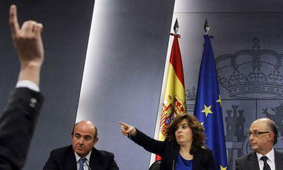 Santamaría, entre Guindos y Montoro,   concede el  turno a un periodista durante la rueda de prensa del Consejo de Ministros.