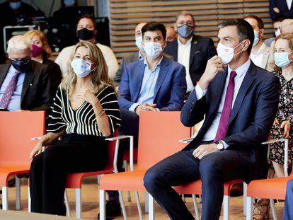 La vicepresidenta segunda del Gobierno y ministra de Trabajo, Yolanda Díaz, y el presidente del Gobierno, Pedro Sánchez, la semana pasada en Santander.