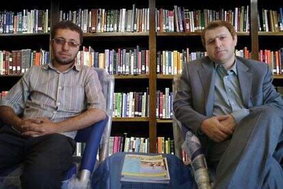Sajjad Ghaderzadeh, el hijo mayor de Sakineh Ashtianí, junto al abogado de ésta, Hatun Kian/  COMITÉ INTERNACIONAL CONTRA LA LAPIDACIÓN