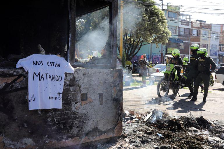 Los restos incinerados de una instalación de la policía en Bogotá.