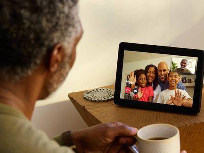 Un usuario, durante una videoconferencia con el nuevo dispostivo de Amazon.