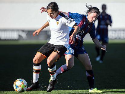 La delantera del Valencia Mónica Flores disputa un balón con la atacante del Levante Eva Navarro, una de las afectadas por la llamada lista de compensación.