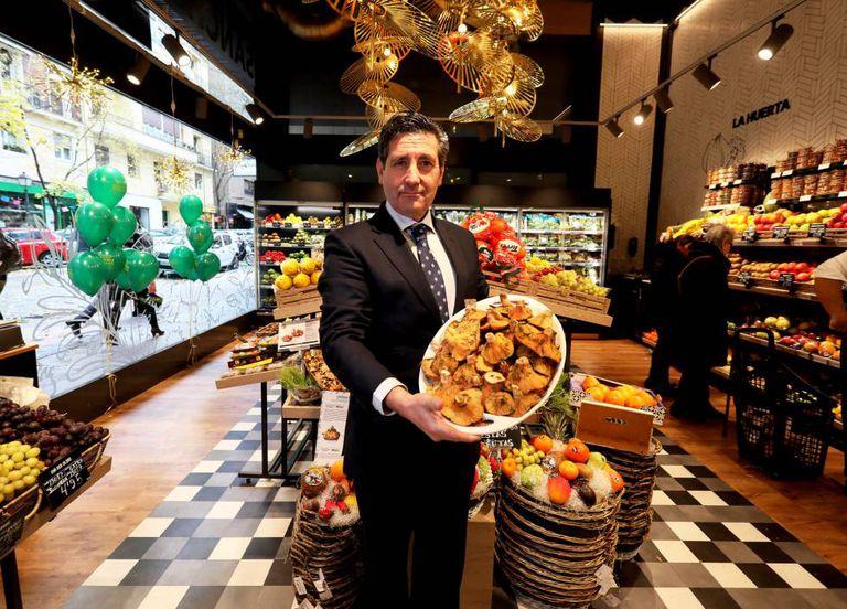 Interior de una de las tiendas de Sánchez Romero. En la imagen, Pascual Campos, director comercial de la cadena.