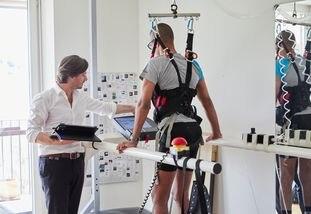 Grégoire Courtine supervisa una prueba con un paciente.