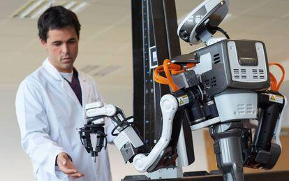 Un robot humanoide para ensamblaje de automóviles en el Parque Tecnológico de Miramón, en San Sebastián.