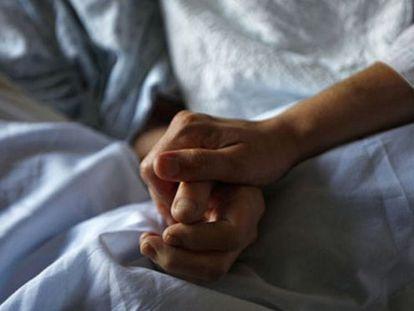 Dos pacientes se aferran en un hospital