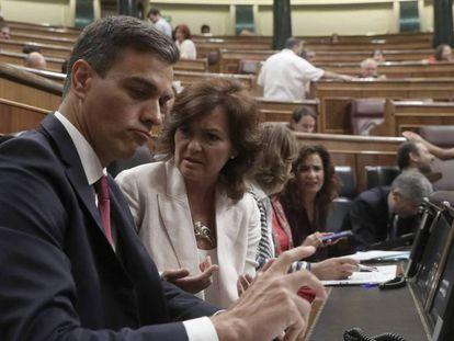Pedro Sánchez y Carmen Calvo en la sesión de control al Gobierno.