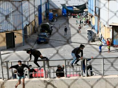 Varios menores se escapan de las naves del Tarajal en Ceuta el pasado 24 de junio.