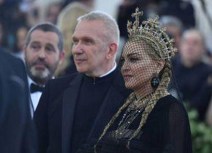 El diseñador francés Jean-Paul Gaultier y la reina del pop, Madonna.