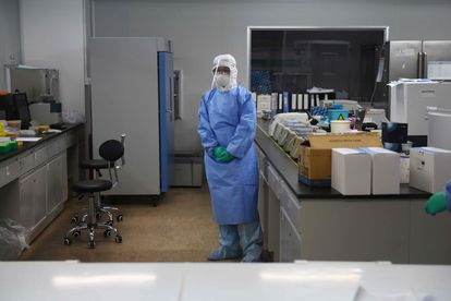 Una técnico de laboratorio en CapitalBio Technology, una compañía de Pekín (China) que hace pruebas para el coronavirus