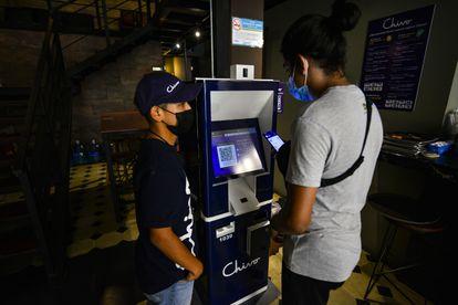 Un cajero que entrega efectivo a cambio de bitcoins, en el centro histórico de San Salvador.