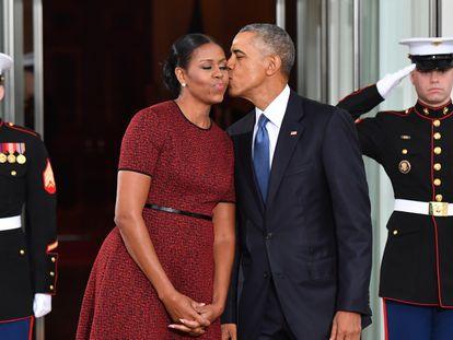 Barack Obama besa a su esposa Michelle Obama a las puertas de la Casa Blanca, en enero de 2017.