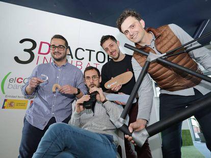 En la imagen, Ramón Mañas y su saxo 3D junto a otros empresarios de la   incubadora barcelonesa.