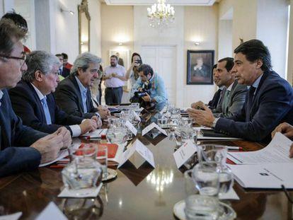 Reunión en el Consejo de Madrid el 8 de julio de 2014. A la izquierda en la mesa, Jaime Cedrún, Arturo Fernández (CEIM) y José Ricardo Martínez (UGT). Y a la derecha, el presidente regional Ignacio González y el consejero de Presidencia Salvador Victoria.