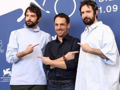 Los gemelos Damiano (izquierda) y Fabio D'Innocenzo, con el actor Elio Germano, antes de la proyección de 'America Latina'.