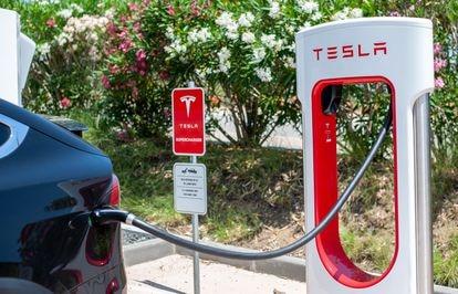 Una estación de carga eléctrica de Tesla en Barcelona.