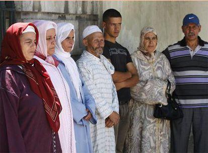 Familiares de los fallecidos en el naufragio de Barbate guardan cola en el consulado de España en Tánger para someterse a la prueba de ADN