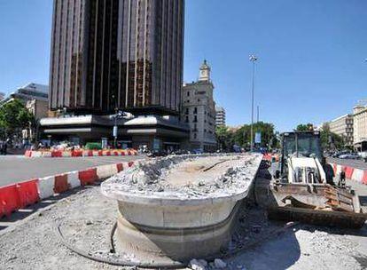 Las obras de la plaza de Colón comienzan con la demolición de una de las dos fuentes.
