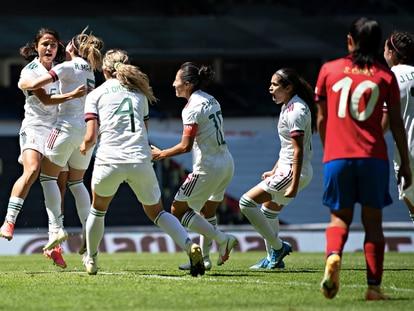 Rebeca Bernal es felicitada por sus compañeras tras el primer gol contra Costa Rica.