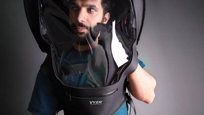 BioVYZR, una escafandra que sirve como escudo protector contra la covid-19, diseñado por una empresa canadiense.