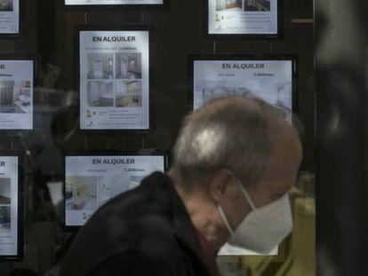 Un hombre pasa por delante de los anuncios de alquiler de una inmobiliaria.