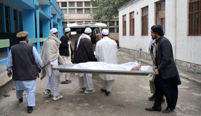 Voluntarios afganos trasladan el cuerpo de una de las menores.