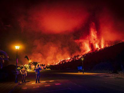 Agentes de policía controlan  los aledaños de la erupción. ARTURO RODRÍGUEZ