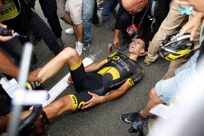 Lilian Calmejane, tirado en el suelo con calambres tras ganar la etapa.