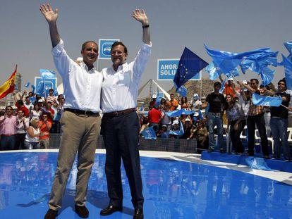 El expresidente del Gobierno, Mariano Rajoy, y Francisco Camps, durante el mitin del PP en Alicante en el año 2009.