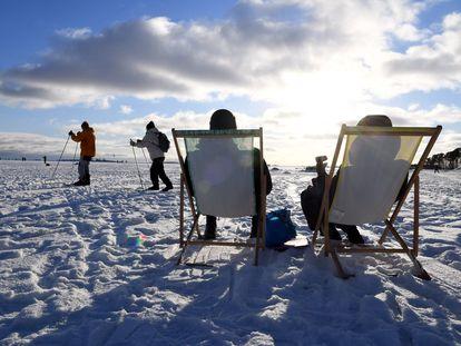 Dos personas toman el sol en Helsinki el pasado 14 de febrero. Finlandia es el país que ocupa el primer puesto en la clasificación del Informe Mundial sobre la Felicidad.