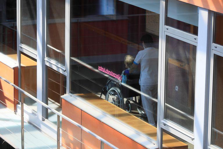 Una trabajadora de la residencia Mirasierra traslada a una residente.