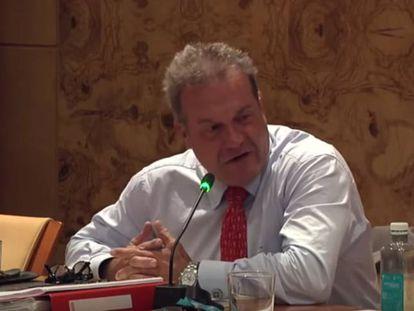 Ángel Viñas, en una sesión plenaria en Torrelodones, en el canal de YouTube del Ayuntamiento