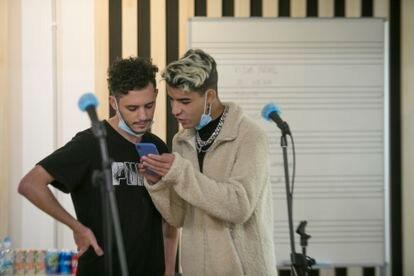 Anas Boussedra y Oussama Chrgui El Hemiani repasan una de las canciones.