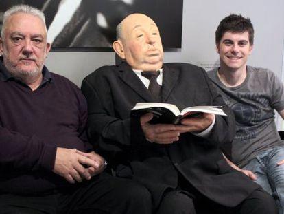 Uribe (izquierda) y Garate posan ayer en un hotel de San Sebastián con una escultura de Hitchcock.