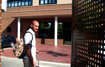 El activista del 15-M Carlos Cano ingresa en prisión.
