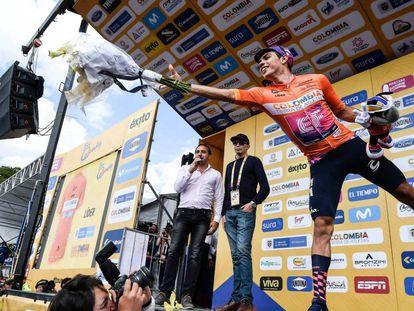 Sergio Higuita, de EF, celebrando sus triunfos en el Tour Colombia.