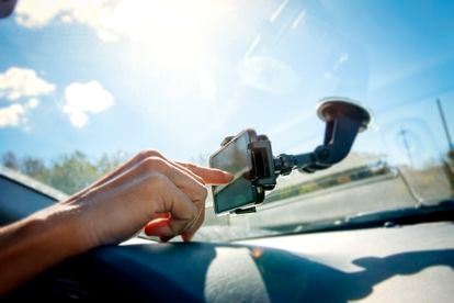 Un conductor utiliza su móvil como navegador.