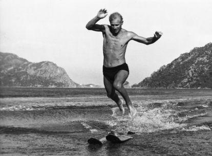 En 1951, haciendo esquí acuático en las costas de Turquía, durante su última travesía en el HMS Magpie con la Royal Navy.