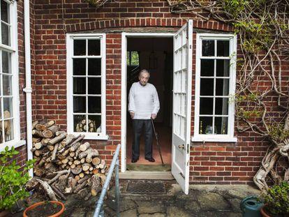 George Steiner, en la puerta de su casa en Cambridge (Reino Unido) en 2016.