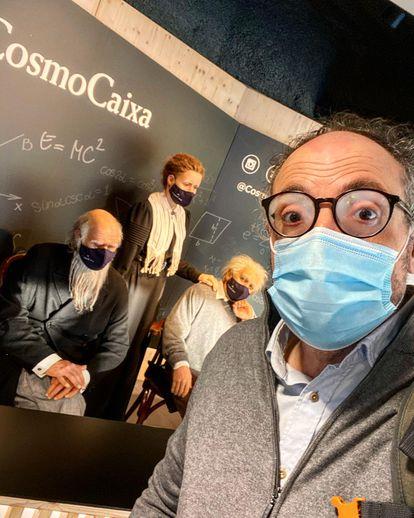 Serrallonga, junto a las figuras de científicos de CosmoCaixa, entre ellos su admirado Darwin, en Barcelona.