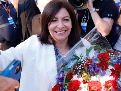 La alcaldesa de París, la socialista Anne Hidalgo, recibe un ramo de flores después de su victoria en la segunda vuelta de las municipales, este domingo.
