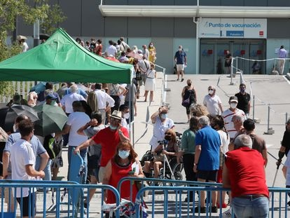 Colas de gente que esperan para vacunarse en el Hospital Isabel Zendal, en Madrid, el pasado 16 de julio.