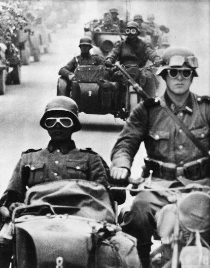 Una columna de Waffen-SS durante la invasión de la URSS, en 1941.
