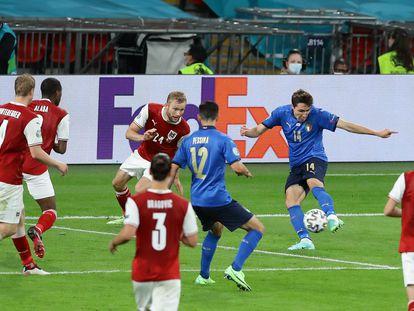 Federico Chiesa marca el primer gol de Italia a Austria en los octavos de final de la Eurocopa.