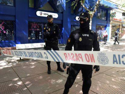 Dispositivo policial a las puertas de la sede de la SD Huesca.