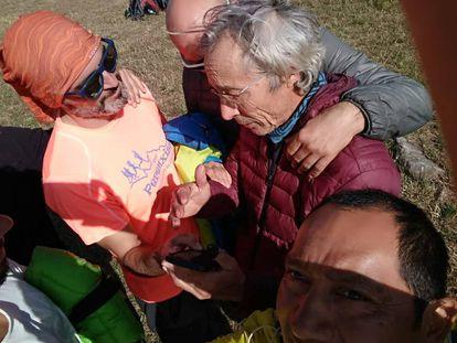 José Luis Bernal García saluda a sus compañeros tras ser rescatado.