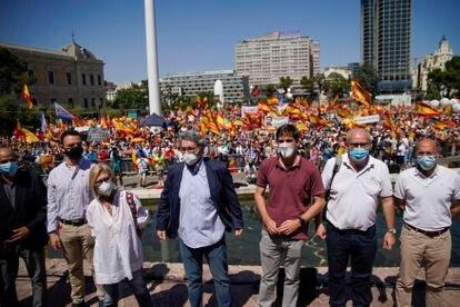Convocantes de la manifestación contra los indultos del Gobierno a los líderes independentistas catalanes el domingo en la Plaza de Colón de Madrid.